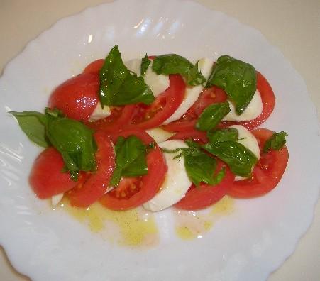 トマトとモッツアレラチーズのバジルソース
