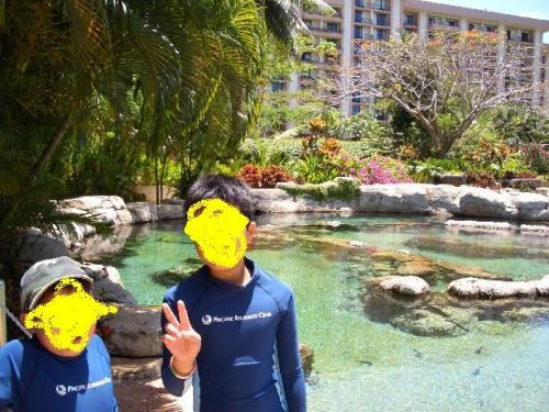 泳げる水族館の前で